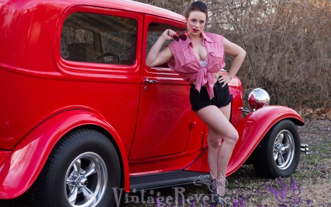 Cheesecake Pinup Pics in Daisy Duke Short Shorts